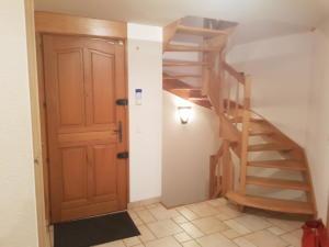 Rez entrée et escalier vers 1er